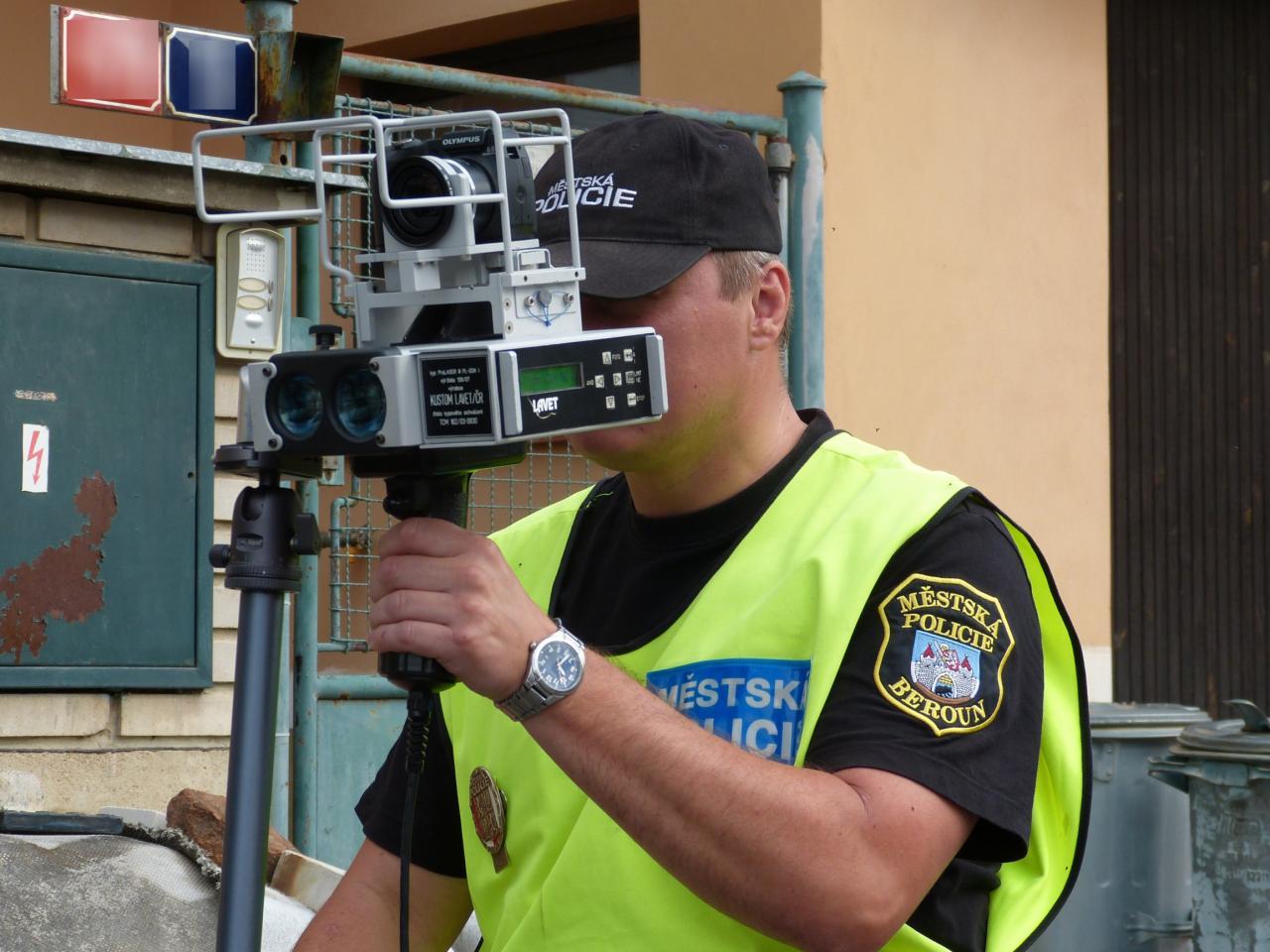 Strážníci měří rychlost radarem 1