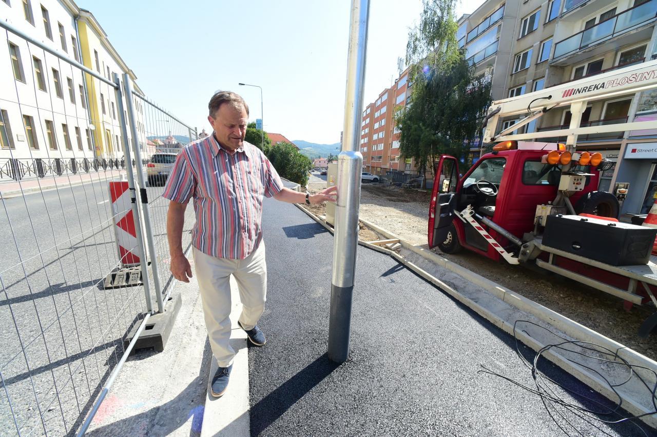 Starosta Berouna Ivan Kůs kontroluje probíhající práce na propojovacím chodníku. Foto: Pavel Paluska