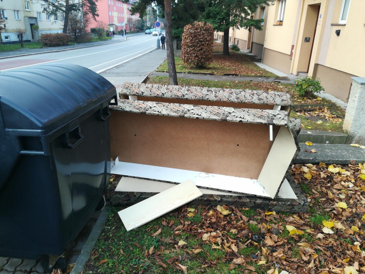 Za odkládání velkoobjemového odpadu u popelnic čeká muže pokuta 1